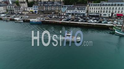 Bateau De Pêche Dans Le Port D'audierne - Vidéo Aérienne Par Drone