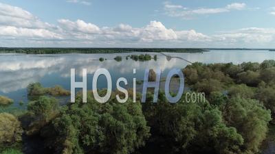 Lac Du Der Chantecoq Lac Avec De Beaux Nuages Et îles - Vidéo Aérienne Par Drone