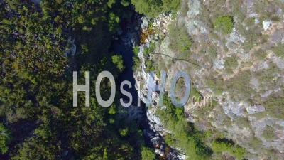 Regardez Vers Le Bas Sur La Zone Rocheuse Avec De L'eau Au Fond