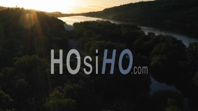 Merveilleux Rayons De Lumière Du Coucher Du Soleil Avec Une Lumière Dramatique Sur La Forêt Vierge à Côté Du Lac Llyn Padarn, Vue Aérienne Par Drone De Magnifiques Paysages De Montagne Et Paysage