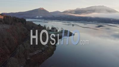 Survoler Le Magnifique Château De Dunderave Dans Le Parc National Des Trossachs En Ecosse - Aérien - Vidéo Aérienne Par Drone