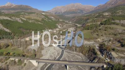Embouchure Dun Torrent Et Viaduc Sur Le Lac De Serre-Ponçon, Vidéo Drone'