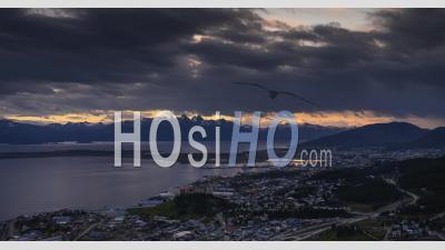 Patagonie Timelapse à Ushuaia Des Andes En Argentine. 4k Jour à Nuit Laps De Temps De Nuages Se Déplaçant Sur Le Paysage De Patagonie Au Coucher Du Soleil En Amérique Du Sud.