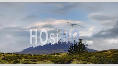 Timelapse Du Paysage Du Volcan Cotopaxi Avec Des Nuages Passant Son Sommet Du Glacier Enneigé En Equateur. Time Lapse Au Coucher Du Soleil En Amérique Du Sud