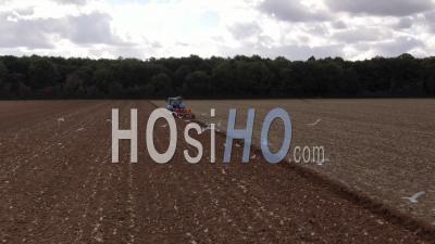 Vue Aérienne D'un Tracteur Agricole Dans Les Champs, Prise De Vue Drone