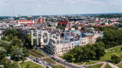Château Royal De Wawel Et La Vistule, Zamek Krolewski Na Wawelu Et Rzeka Wisla, Cracovie, Cracovie, Vidéo Drone