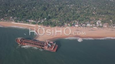 Naufrage Sur Une Plage Près De Varkala Au Kerala, En Inde. Vue Aérienne élevée Du Drone