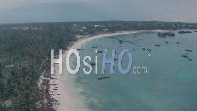Bateaux De Pêche à Watamu Bay Beach Près De Malindi, Kenya. Vue Aérienne élevée Du Drone
