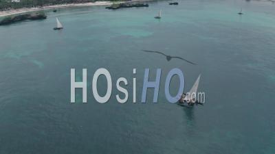 Bateaux De Pêche à Watamu Bay Beach Près De Malindi, Kenya. Vidéo Aérienne Par Drone
