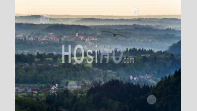 Misty Sunrise Vue Paysage De La Colline D'osojnica Au Lac De Bled Vers L'église De St Peter, Région De Gorenjska, Slovénie, Europe