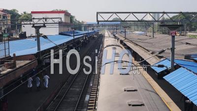 Les Passagers Marchant Dans Le Terminal De Train Alors Que Le Train Arrive Par Une Chaude Journée D'été En Inde. -Photo Large