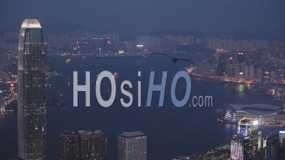 Centre De Commerce International éclairé, Bâtiment Icc à Hong Kong Avec Vue Sur Le Port De Victoria. Vue Nocturne. - Plan Large