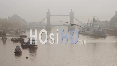 Tower Bridge Avec Red London Bus Roulant Dessus Dans Des Conditions Météorologiques Brumeuses Et Brumeuses, Avec Brouillard Et Brouillard Sur La Tamise, Tourné Dans Le Verrouillage De La Pandémie De Coronavirus Covid-19 En Angleterre, Europe