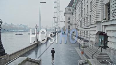 Calme Et Vide Du Centre De Londres Au London Eye Pendant Le Verrouillage De La Pandémie De Coronavirus Covid-19, Avec Une Personne Le Jogging, En Cours D'exécution Pour L'exercice Quotidien Dans La Ville, Londres, Angleterre, Europe