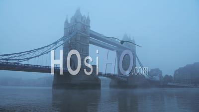 Coronavirus Covid-19 Lockdown Day One Dans Des Conditions Météorologiques Brumeuses à Tower Bridge à Londres, Avec Red London Bus Roulant Sur Un Matin Atmosphérique Bleu Brumeux Dans Le Brouillard Et La Brume, England, Uk