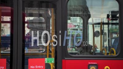 Transports Publics à Londres Pendant Le Confinement Du Au Coronavirus Covid-19 Avec Un Homme Sur Un Bus Rouge De Londres Portant Un Masque Facial Couvrant Lorsque Les Transports Publics étaient Calmes Et Déserts Avec Aucun Peuple En Angleterre, Europe