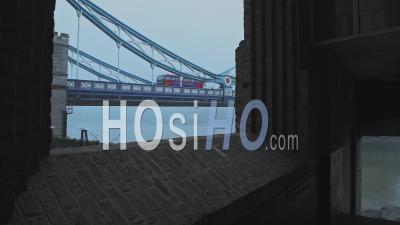 Tower Bridge Avec Bus Rouge De Londres Dans Le Brouillard Et Les Conditions Météorologiques Brumeuses Et Moody Sur Coronavirus Covid-19 Lockdown Day One Sur Un Bleu Frais Matin, England, Uk