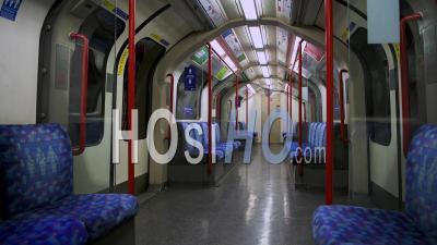Sièges Vides Dans Le Métro De Londres Transport De Train De Métro Dans La Pandémie De Confinement Du Au Coronavirus Covid-19 En Angleterre, Royaume-Uni Ne Montrant Aucun Peuple, Calme Et Déserte