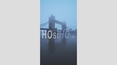Vidéo Verticale Du Célèbre Monument Emblématique De Londres Et De L'attraction Touristique De Tower Bridge, Avec La Tamise Dans Le Brouillard Et Les Conditions Météorologiques Brumeuses Dans Le Coronavirus Covid-19 Lockdown, England, Uk