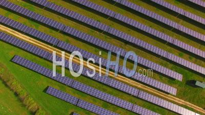 Aerial View Of Solar Farm Northamptonshire Angleterre, Royaume-Uni - Video Drone Footage