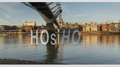 London Hyperlapse Timelapse, Hyper Lapse Time Lapse De La Cathédrale St Paul Et Du Millennium Bridge, Le Monument Emblématique Du Centre De Londres Avec Un Ciel Bleu Clair Et La Tamise En Angleterre, Royaume-Uni