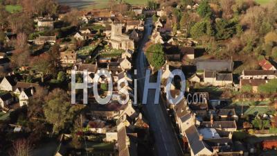 Vue Par Drone Vidéo D'un Village Des Cotswolds, Une Scène Rurale Dans La Campagne Anglaise Avec Des Maisons, Des Biens Et De L'immobilier Dans Le Marché Du Logement Au Royaume-Uni, Bourton On The Hill, Gloucestershire, Angleterre