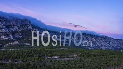 Dronelapse De La Montagne Sainte-Victoire Au Coucher Du Soleil, France, - Vidéo Par Drone