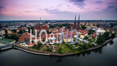 Ostrow Tumski, Cathédrale Saint-Jean-Baptiste, Katedra Swietego Jana Chrzciciela, Vieille Ville, Stare Miasto, Wroclaw - Vidéo Drone