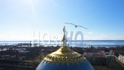 Cathédrale Navale De Cronstadt Vue Sur Le Dôme Doré Et La Croix, Panorama Circulaire, Place En Arrière-Plan - Vidéo Par Drone