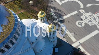 Cathédrale Navale De Cronstadt Vue Sur Le Dôme Doré Et La Croix, Place En Arrière-Plan - Vidéo Par Drone