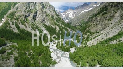Entre-Les-Aigues, Entrée Du Parc National Des Écrins Dans La Vallée De L'onde, Hautes-Alpes, France, Vidéo Prise Par Drone