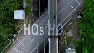 Vue Verticale Du Passage à Niveau Et Du Train - Vidéo Drone