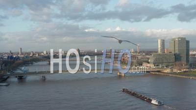 Vue Aérienne Sur Le Rhin à Cologne Cargo Boat Passant Sous Un Pont Dans La Belle Lumière Du Soleil 4k - Vidéo Par Drone