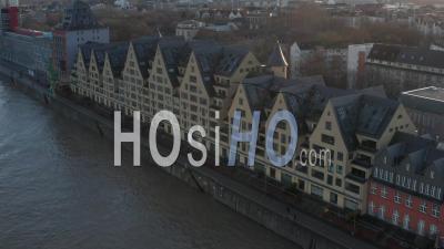 Vue Aérienne De Maisons Européennes Sur La Rivière à Cologne En Allemagne Avec Une Belle Lumière Du Soleil 4k - Vidéo Par Drone