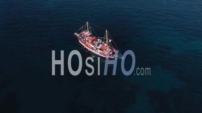 Vue Aérienne D'un Bateau De Croisière Touristique Naviguant Près De La Côte Méditerranéenne Rocheuse De L'île Grecque - Vidéo Par Drone
