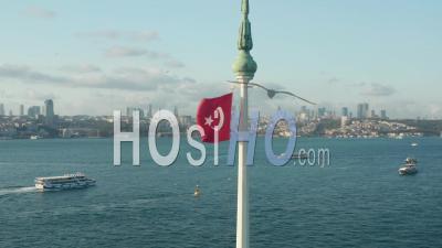 Drapeau Turc Rouge Vif Agitant Dans Le Vent Au Sommet De La Tour De La Jeune Fille Encerclant Dans L'eau à Istanbul, Tir Aérien Encerclant - Séquence Vidéo Par Drone