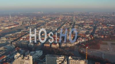 Vue Aérienne Du Centre-Ville Urbain De Munich. Vue Panoramique Sur Les Toits De Munich Et Les Destinations Touristiques Célèbres Dans La Ville Allemande - Vidéo Par Drone