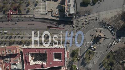 Vue Aérienne Aérienne Du Rond-Point Du Monument De Columbus Et De La Rue à Barcelone, En Espagne, Avec Un Trafic Automobile Chargé Par Une Journée Ensoleillée 4k - Vidéo Par Drone