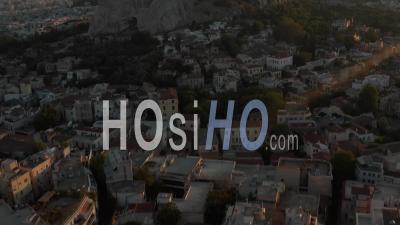Panoramique Aérien Sur La Montagne Avec L'acropole D'athènes En Grèce Avec Le Flair Du Soleil Dans La Belle Heure Dorée 4k - Drone Vidéo