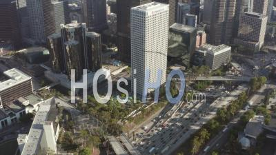 Vue à Vol D'oiseau Du Centre-Ville De Los Angeles, Californie, Trafic D'intersection Avec Des Palmiers Et Des Toits De Ciel Bleu Et Journée Ensoleillée 4k - Vidéo Par Drone