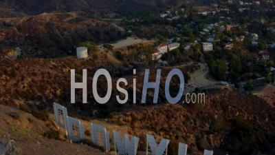 Beautiful Shot Over Hollywood Sign Letters Looking At Downtown La At Sunset, Los Angeles, Californie 4k - Vidéo Par Drone
