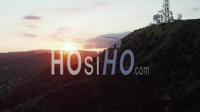 Hollywood Hills Dans Le Magnifique Coucher De Soleil Golden Hour Light Et Vue Sur Panneau Hollywood Sur Le Côté De La Montagne à Los Angeles, Californie 4k - Drone Vidéo