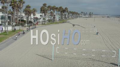 Vol Au-Dessus De La Plage Avec Des Filets De Volley-Ball à Venice Beach Avec Des Palmiers Et Une Piste Cyclable Ensoleillée, Los Angeles Californie 4k - Vidéo Par Drone