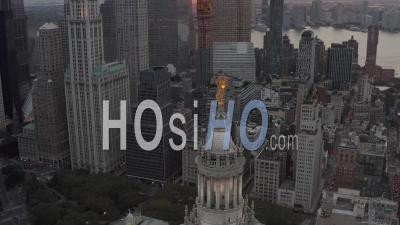 Vue Aérienne De Dolly Inclinable De La Statue De La Renommée Civique En Cuivre Doré Au Sommet Du Bâtiment Municipal De Manhattan Avec Paysage Urbain De Grands Gratte-Ciel En Arrière-Plan 4k - Vidéo Aérienne Par Drone