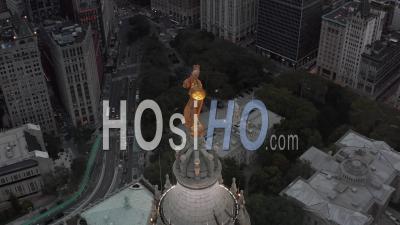 Vue Aérienne Rapprochée De L'arrière De La Statue De La Renommée Civique Au Sommet Du Bâtiment Municipal De Manhattan éclairé Dans La Belle Lumière Du Soir Dorée 4k - Drone Vidéo