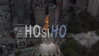 Gros Plan Aérien Lent Du Côté De La Statue De La Renommée Civique Au Sommet Du Bâtiment Municipal De Manhattan Et De La Circulation Routière Sous 4k - Vidéo Aérienne Par Drone