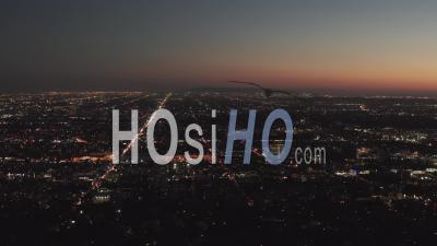 Vue à 180 Degrés Sur Les Collines D'hollywood La Nuit Avec Vue Sur Le Centre-Ville De Los Angeles, Lumières De La Ville 4k - Vidéo Aérienne Par Drone