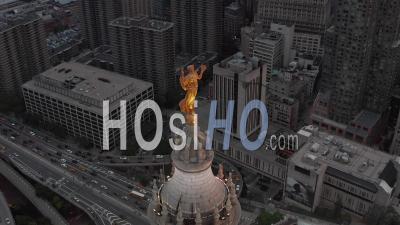 Vue Rapprochée Aérienne De La Superbe Statue De La Renommée Civique Dorée Au Sommet Du Bâtiment Municipal De Manhattan Avec Un Trafic Automobile Achalandé Vers Le Pont De Brooklyn En Arrière-Plan 4k - Drone Vidéo