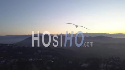 Sur Les Collines D'hollywood Au Lever Du Soleil Avec Vue Sur Hollywood Sign à Los Angeles View 4k - Vidéo Par Drone