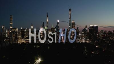 Hyper Lapse Over New York City Central Park De Nuit Avec Vue Sur L'horizon 4k - Vidéo Aérienne Par Drone